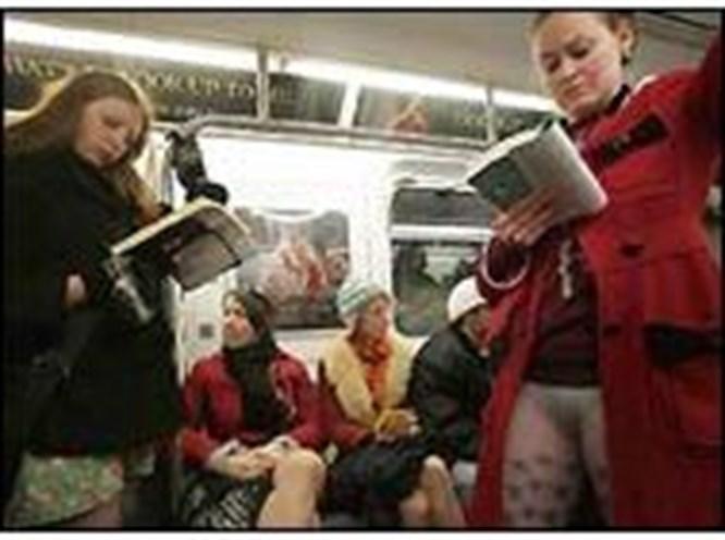 Metroda pantolonsuz seyahat!